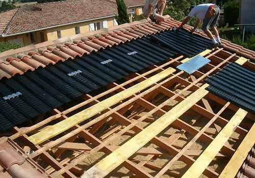 Découvrez des panneaux solaires intégrés au bâti impactés par la grêle.