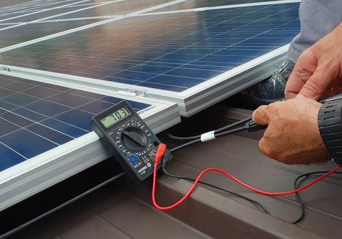 Faites contrôler régulièrement votre onduleur photovoltaïque et panneaux solaires
