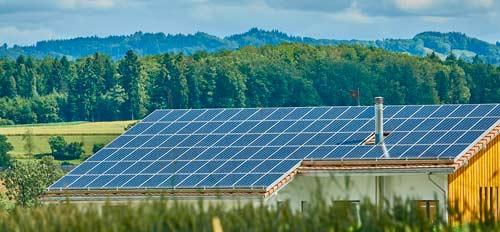 Vous avez beaucoup de panneaux photovoltaïques ? Arrosez-les pendant les canicules