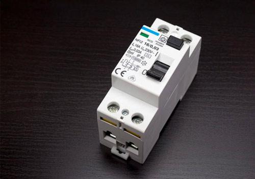 Utilisez un disjoncteur différentiel pour prévenir les courants de fuite