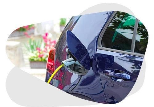 Découvrez comment recharger une voiture électrique avec des panneaux solaires.