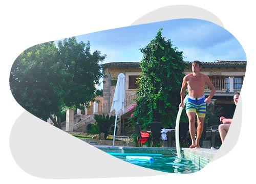 Découvrez comment alimenter une pompe à piscine avec des panneaux solaires.