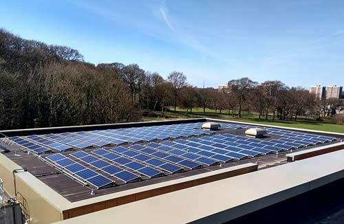 Optez pour une pose de panneaux solaires sur toit plat