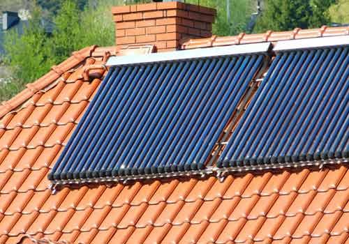 Les panneaux solaires thermiques produisent de l'eau chaude