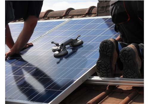 Les panneaux solaires peuvent être installés au sol ou sur le toit.