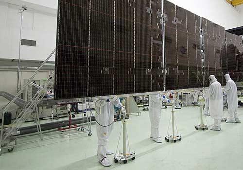 La puissance d'un panneau solaire est testée en laboratoire dans des conditions optimales.