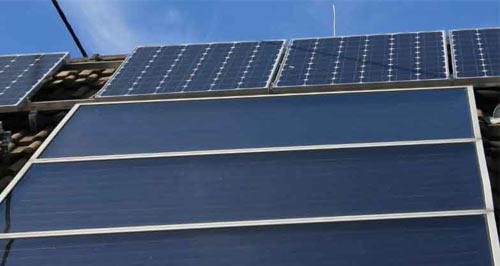 Le capteur solaire à plan vitré possède un meilleur rendement thermique grâce à l'effet de serre.