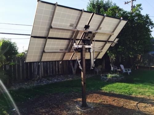 Pour obtenir un bon rendement sans pan de toiture exposé sud, optez pour des panneaux solaires orientables