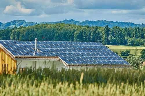 Les bâtiments agricoles peuvent être équipés de panneaux solaires.