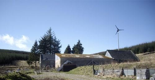 Une maison autonome utilise l'énergie éolienne ou photovoltaïque