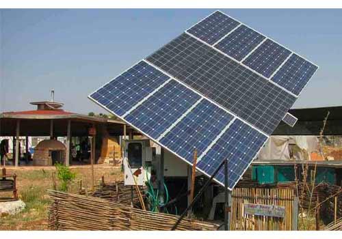 Orienter des panneaux solaires sur un toit plat permet d'augmenter leur rendement.