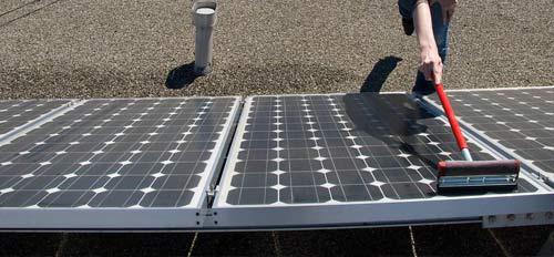 Le nettoyage de panneau solaire peut-être réalisé sans faire appel à un professionnel