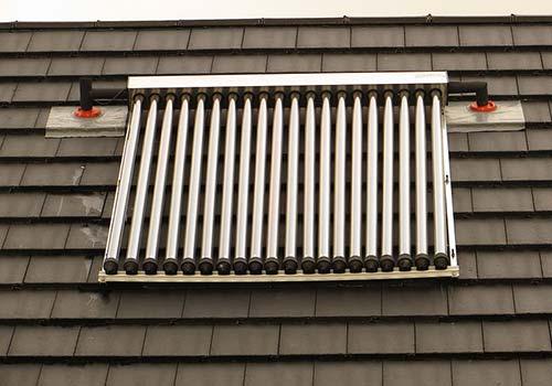Les panneaux solaires thermiques sont une solution pour chauffer votre piscine.