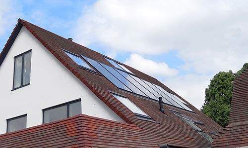 Les panneaux solaires intégrés peuvent être imposés en zone classée