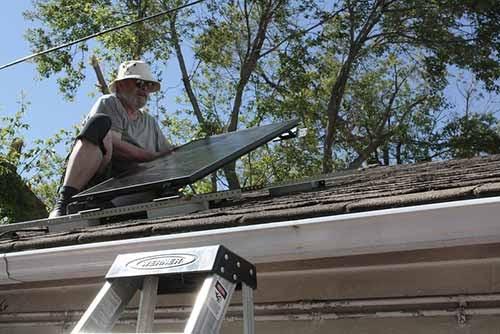 Installer des panneaux solaire soi-même c'est renoncer aux aides de l'État