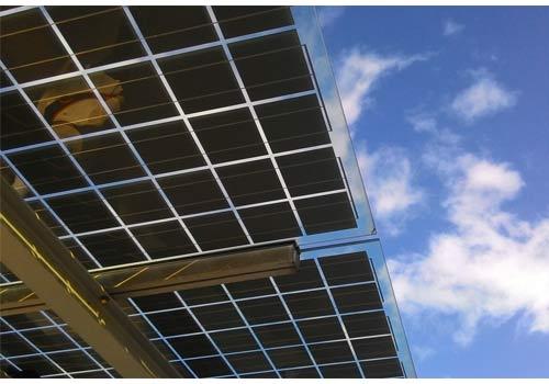 L'électricité photovoltaïque est produite grâce aux rayons du soleil.