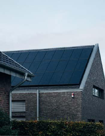 L'installation de panneaux solaires est expliquée par Nouvel'R Énergie.