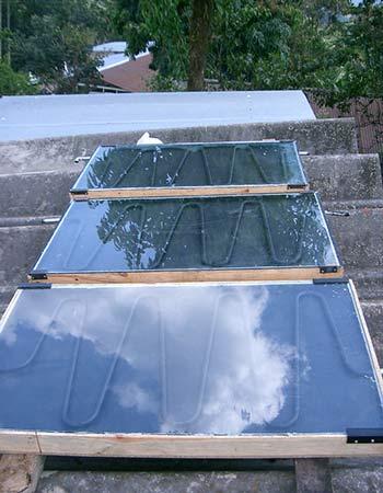 Un panneau solaire thermique peut être combiné avec une pompe à chaleur.