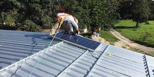 Installer des panneaux solaires soi-même n'est pas une bonne idée.