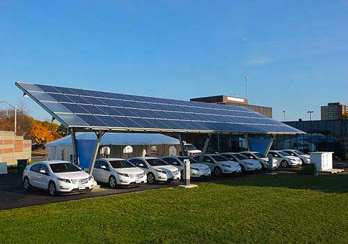Découvrez comment charger une voiture solaire avec des panneaux solaires.