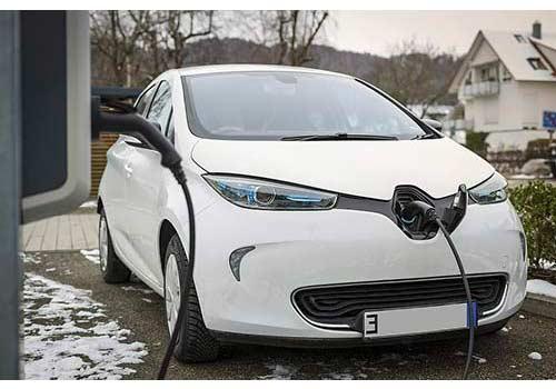 Découvrez si les voitures électriques et les panneaux solaires sont rentables.