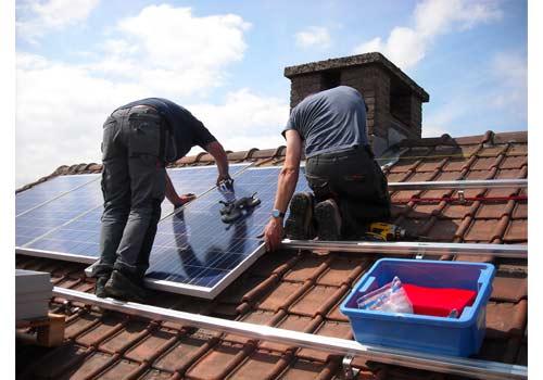 Lorsque vous achetez des panneaux solaires, n'oubliez pas de comptabiliser les surcoûts.