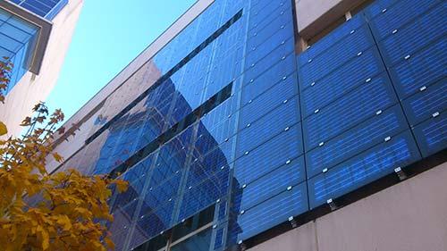 Découvrez les panneaux solaires intégrés au bâti.