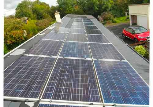 Les panneaux solaires produisent de l'énergie verte