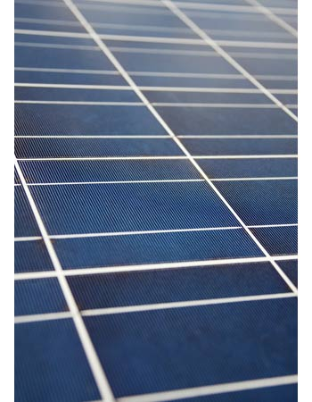 Le nettoyage de panneaux solaires permet de booster un peu la production.