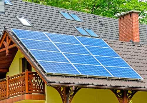 Les pertes de rendement d'un panneau solaire peuvent venir de la saleté installée dessus.