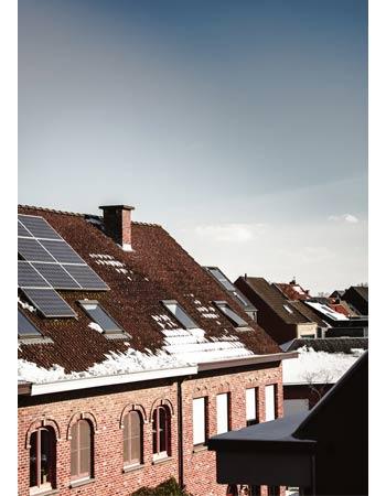 La neige sur les panneaux solaires glisse.