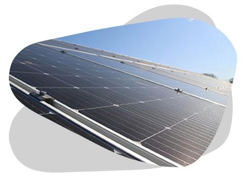 Un panneau solaire sous la pluie peut faire de l'électricité.
