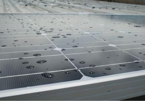 Un panneau solaire peut produire de l'électricité sous la pluie