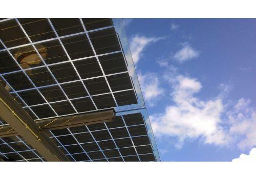 La fabrication du panneau solaire souple est à base de silicium.
