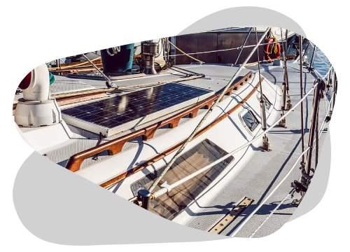 L'installation de panneaux solaires sur votre bateau permet de faire de belles économies.
