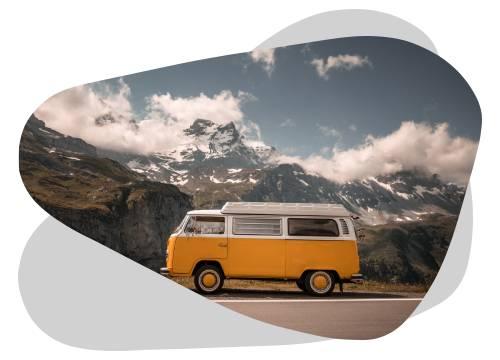 Les panneaux solaires sur un van permettent d'être autonome partout.