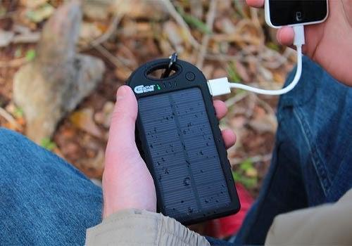 Le chargeur solaire est un appareil portatif.