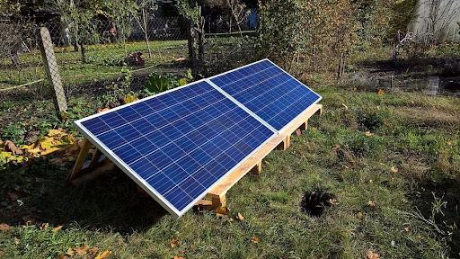Un kit solaire à installer soi-même se pose souvent au sol.