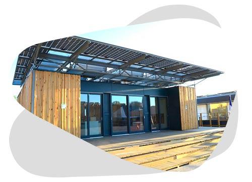 Une pergola de panneaux solaires permet de produire de l'énergie depuis votre jardin.