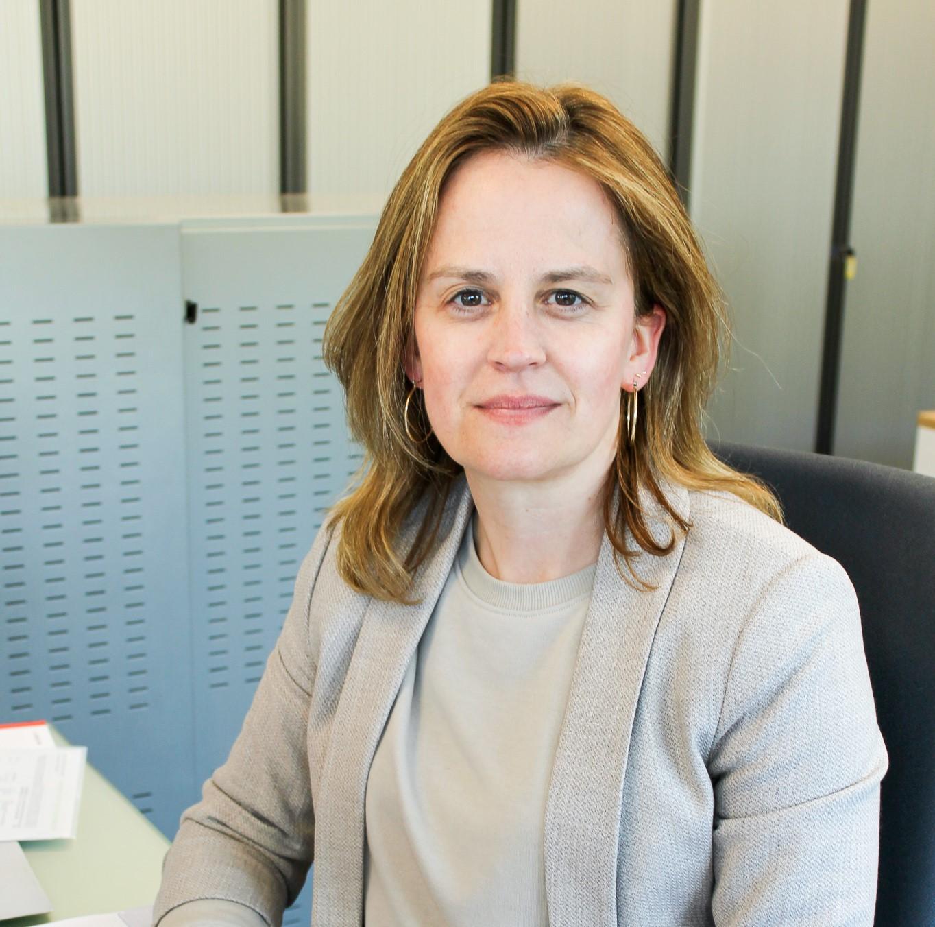 Foto van Sofie aan haar werkplaats.