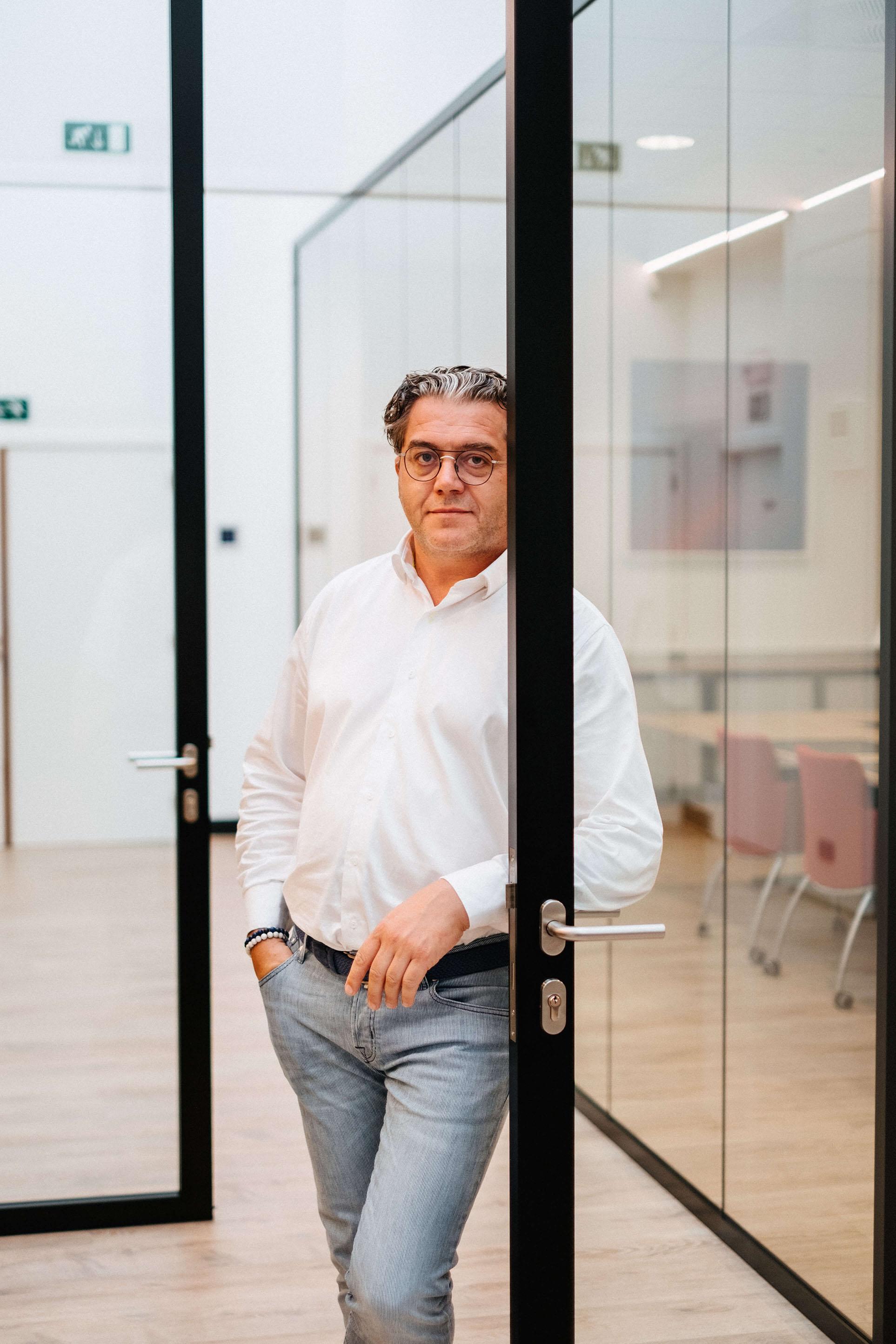 Peter Van Severen overloopt de bouwplannen.