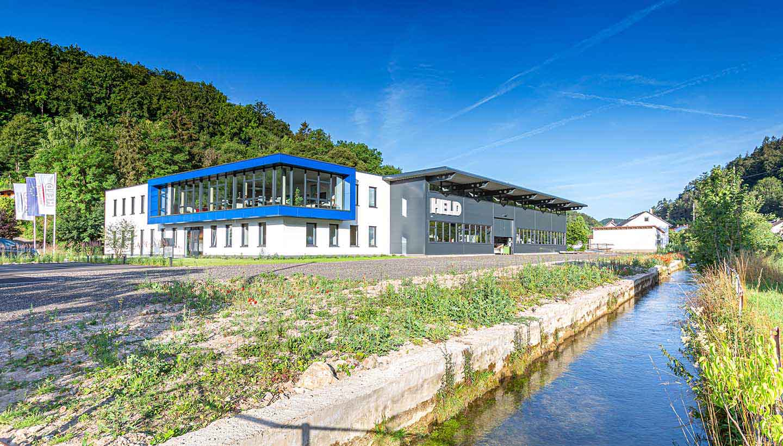 Firmengebäude von Held Präzisionstechnik in grüner Landschaft