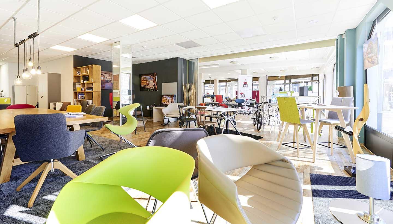 Verkaufsraum mit Möbeln, Stühlen, Tischen und Regalen