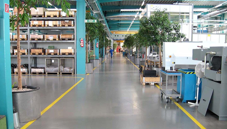 Begrünte Werkshalle von Tries mit aufgeräumten und sauberen Arbeitsplätzen