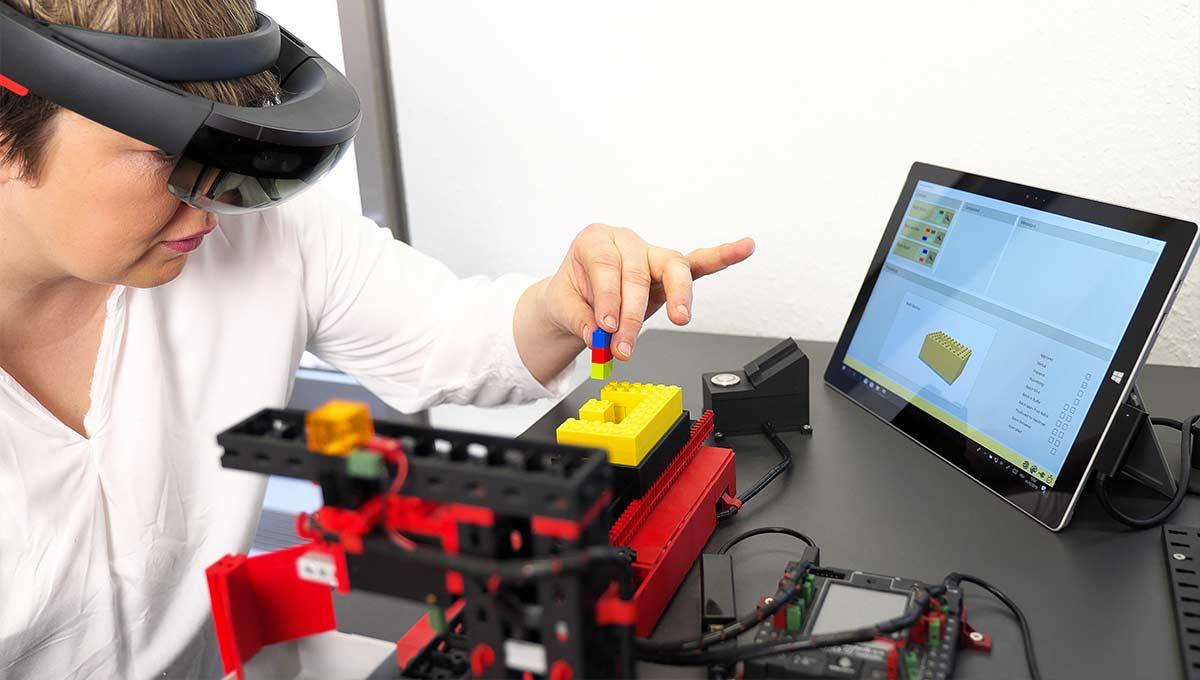 Eine Probandin baut im Experimentierraum des Digitalisierungszentrums an einem Modell.