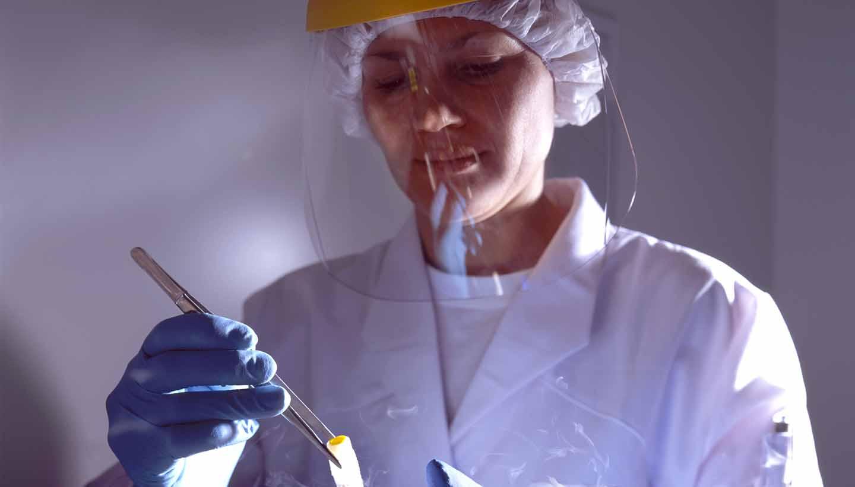 Eine Laborantin bei der Probennahme