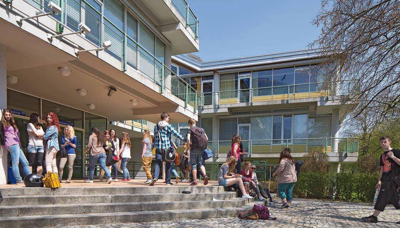Eine Gruppe von Schülern auf dem Schulhof
