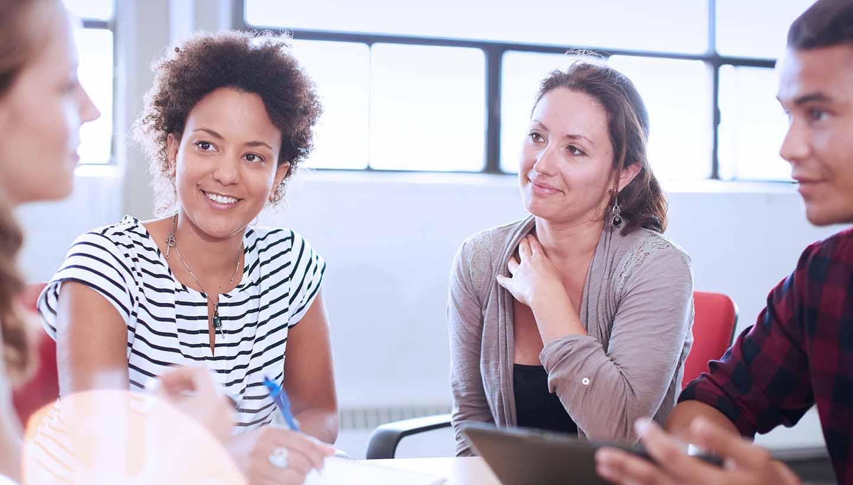 Junge Menschen bei einer Besprechung