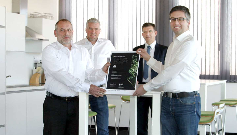 Mitarbeiter von Lorenz präsentieren die Urkunde für den Deutschen Innovationspreis für Klima und Umwelt