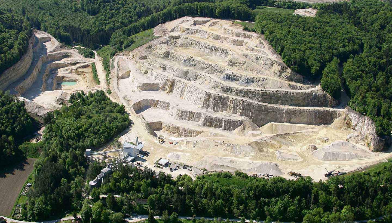 Luftaufnahme Steinbruch Blaubeuren in grüner Natur